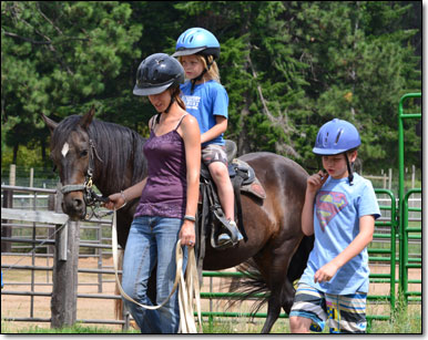 Kids having fun with G.I., a Paso Fino Gelding.